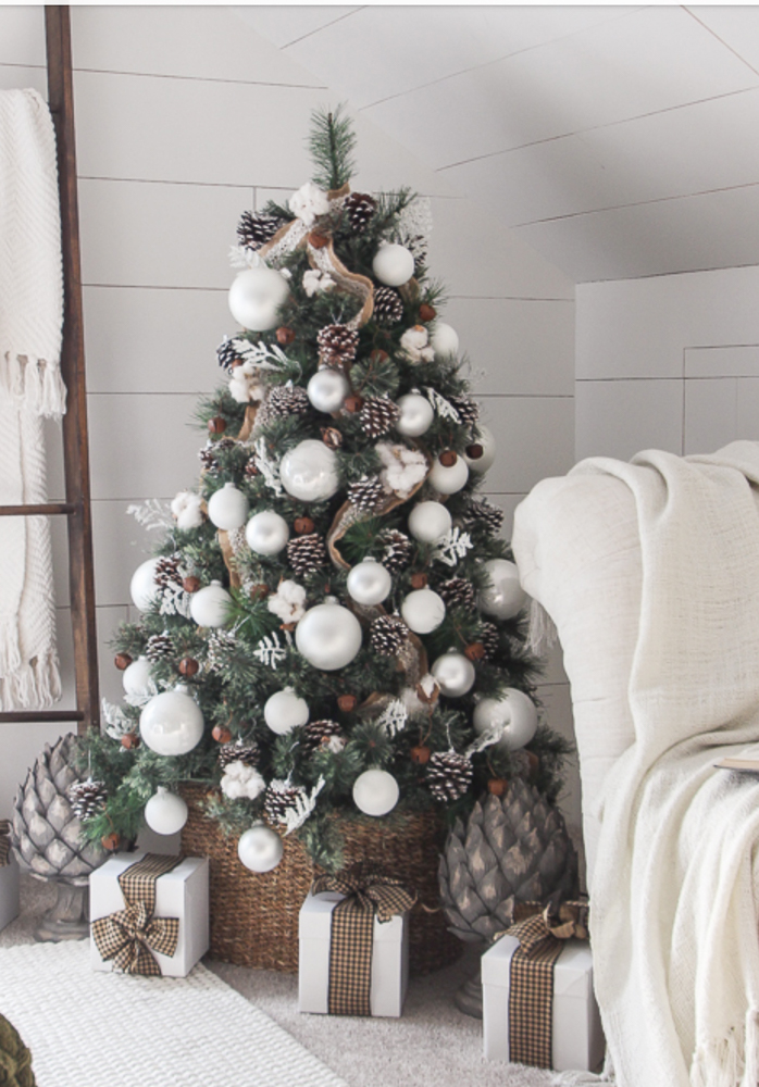 A RUSTIC AND CLASSIC CHRISTMAS TREE